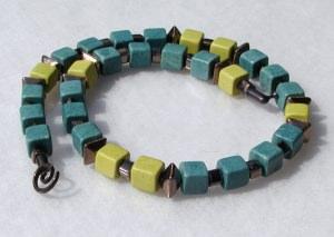 Halskette WÜRFEL SEEGRÜN griechische Keramik Leder bronze leicht