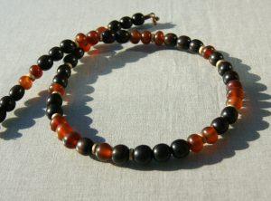 Halskette aus Horn und Holz