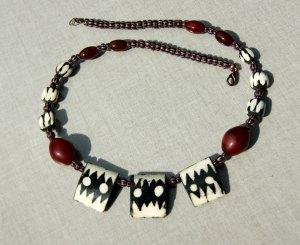 Collier ZAUBER AFRIKAS gebatikte Knochenperlen Tuareg afrikanische Handelsperlen Karneol rot schwarz weiß  Unikat
