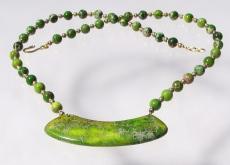 ausgefallenes Collier aus grünem Sediment - Jaspis Bogen Anhänger Unikat