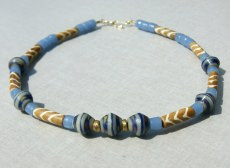 Halskette AFRIKA in SANFTEN FARBEN blaugrau beige Knochenperlen gebatikt afrikanische Krobo-Perlen Messing handgemacht Unikat