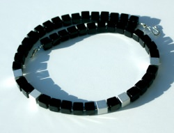 Kette KONTRASTE Würfel Onyx Aluminium eloxiert schwarz silber matt glänzend Hämatit dezent elegant