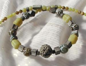 Halskette im ETHNO LOOK Collier Jade Keramik graviert Unikat  - Handarbeit kaufen
