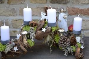 Moneria-Adventsgesteck-Adventskranz-Wurzel-Rebwurzel-Wurzelgesteck- festlich geschmückter Wald-