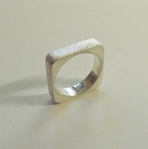 Eckigrunder Ring aus Silber Goldschmiedearbeit