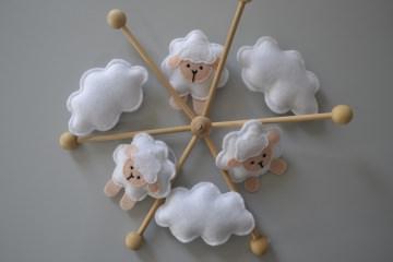 Süßes Babymobile mit Schäfchen und Wolken aus Filz