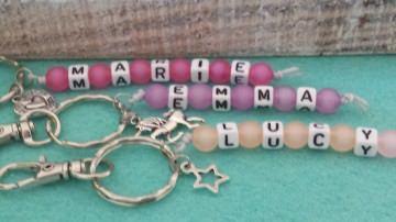 Kinder Schlüsselanhänger mit Namen bunte Perlen handgefertigt für Kinder als tolles Geschenk Kindergeburtstag 1 Stück - Handarbeit kaufen