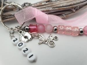 Schwangerschaftsankündigung Oma 2021 handgefertigter Anhänger mit Buchstabenperlen und Jahreszahl zur Bekanntgabe des Freudigen Ereignisses für die Familie - Handarbeit kaufen