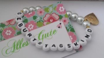 Für das Geburtstagskind tolles Perlenarmband handgefertigt mit weißen Glaswachsperlen  und einer  goldfarbenen Krone als Anhänger schönes Geschenk
