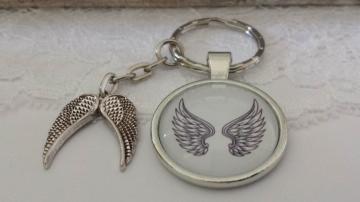 Flügel Engel Schlüsselanhänger Glascabochon schwarz-weiß mit Flügelpaar Geschenk Frauen zum Trostspenden Trauer Glaube - Handarbeit kaufen
