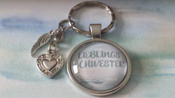 Schwester LIEBLINGSSCHWESTER Anhänger handgefertigter toller Glascabochonanhänger mit hübschen Herz und Flügel Metallanhängern als Dankeschön-Geschenk