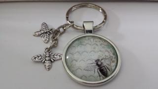 Bienen Cabochonschlüsselanhänger handgefertigt mit zwei niedlichen Anhängern-Biene  als tolles Accessoire und Geschenk