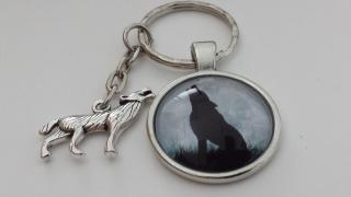 Toller Wolf  Cabochonschlüsselanhänger handgefertigt mit einem heulenden Wolfanhänger als tolles Accessoire