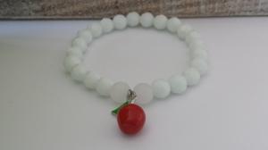 Weiß wie Schnee...Wunderschönes weißes Glasperlenarmband handgefertigt mit einem roten Apfel Metall-Anhänger Märchenfigur