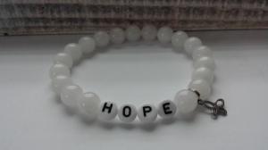 Hope Hoffnung schlichtes handgefertigtes Jadeperlenarmband mit Text und einem tollen Schmetterlingsanhänger aus Edelstahl