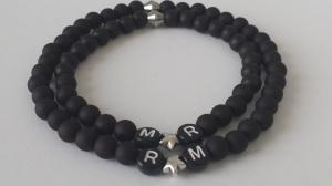 Personalisierbares Partner Freunde Armbandset handgefertigt mit schwarzen Acrylperlen, versilberten Herzperlen und Wunschbuchstaben