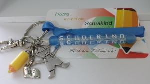 Niedliches Einschulungsgeschenk Schulkind Schlüsselanhänger mit Buntstiftanhänger personalisierbar für Jungen Glücksbringer zum 1.Schultag  - Handarbeit kaufen