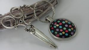 Große Schere Schlüsselanhänger Glascabochon mit bunten Punkten Couture Geschenk Frauen Schneidern Nähen Eröffnung Nähwerkstatt Schneiderei - Handarbeit kaufen