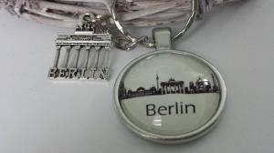 Berlin Schlüsselanhänger Glascabochon handgefertigt mit Metallanhänger Brandenburger Tor Accessoire Städtereise Geschenk Souvenir  - Handarbeit kaufen