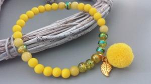 Bommel Pompon Armband gelb handgefertigt mit Blatt Geschenk Frauen Freundin Mama - Handarbeit kaufen