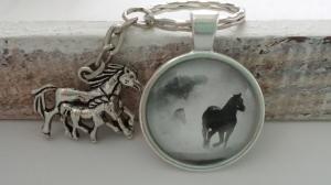 Pferde Schlüsselanhänger Glascabochon handgefertigt Pferd mit Fohlen Anhänger Wildpferde Pferdeliebe Reitsport Accessoire Geschenk Frauen Kinder  - Handarbeit kaufen