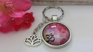 Wunderschöner Lotus Om Namaste Schlüsselanhänger Glascabochon handgefertigt mit Lotusblume Geschenk für Frauen Yogalehrerin - Handarbeit kaufen