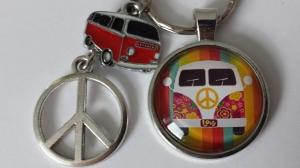 Kleinbus Peace Hippie Schlüsselanhänger Glascabochon handgefertigt mit Metallanhänger Camping Wohnwagen Geschenk Gute Fahrt - Handarbeit kaufen