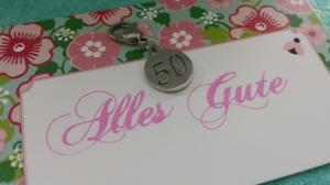 Kleines Geschenk zum 50.Geburtstag Charms Anhänger mit Zahl 50 aus Edelstahl Geschenk Hochzeitstag Jubiläum Frauen Männer  - Handarbeit kaufen