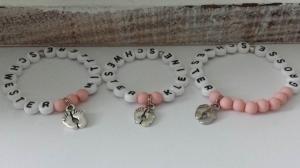 Allerliebstes Schwestern Armband 3-er Set liebevoll handgefertigt mit Babyfüßen Anhänger Geschenk Geburt Kleine Große Mittlere Schwester - Handarbeit kaufen