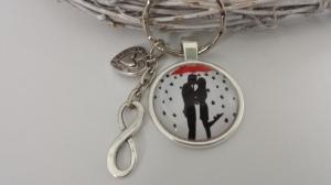 Liebespaar mit Regenschirm Schlüsselanhänger Glascabochon handgefertigt mit Infintiy und Herzanhänger Geschenk Jahrestag - Handarbeit kaufen