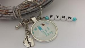 Geburtsgeschenk Baby Junge Glascabochonanhänger personalisierbar handgefertigt mit Buchstabenanhänger Namen als persönliches Geschenk Frauen Männer - Handarbeit kaufen