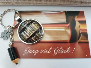 Glücksbringer Prüfung Schlüsselanhänger handgefertigt Bibliothek Bücher Wissen Geschenk Frauen Männer zum Examen Abschlussarbeit Abitur Studium Master - Handarbeit kaufen