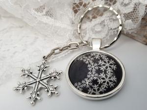 Schneeflocken Schlüsselanhänger Schneekristall Snowflake handgefertigt Glascabochon mit Metallanhänger Geschenk Frauen Freundin Winter  - Handarbeit kaufen