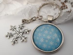 Schneeflocken Schneekristall Schlüsselanhänger blau weiß Glascabochon handgefertigt mit Snowflake Anhänger Geschenk Frauen Winter Weihnachten Nikolaus  - Handarbeit kaufen