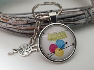 Stricken Strickzeug Wolle Schlüsselanhänger Glascabochon handgefertigt mit Metallanhänger Geschenk Dankeschön Frauen Freundin Mama  Strickerin - Handarbeit kaufen
