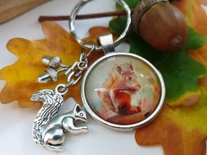 Eichhörnchen Eicheln Schlüsselanhänger Glascabochon handgefertigt mit Metallanhängern Geschenk Frauen Freundin Trachtenaccessoire  - Handarbeit kaufen