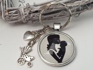 Mama mit Baby Schlüsselanhänger Glascabochon handgefertigt mit Metallanhänger Kinderwagen Herz Geschenk Geburt Mama - Handarbeit kaufen