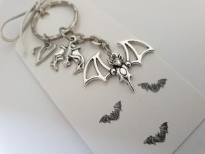 Fledermaus Schlüsselanhänger mit Initialen personalisierbar Geschenk Frauen Männer Gothic Halloween  - Handarbeit kaufen