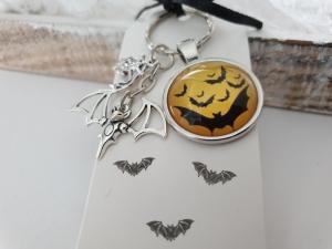 Fledermaus Schlüsselanhänger Glascabochon handgefertigt Geschenk Frauen Männer Gothic Halloween Accessoire  - Handarbeit kaufen