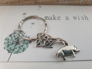 Glücksbringer 2022 Schwein Glücksschwein Schlüsselanhänger handgefertigt Geschenk mit Karte Silvester Prüfung Führerschein Frauen Männer    - Handarbeit kaufen