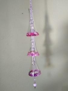 Windspiel, Wanddeko, Fensterdeko aus Weinflaschen mit Kette und Haken zum Aufhängen