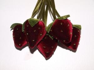 Samt Erdbeeren Rot Anhänger, Aufhänger , Geschenkanhänger, Weihnachtsanhänger handgemacht