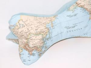 Lesekissen Weltkarte Leseknochen Nackenkissen handgemacht aus Baumwoll Mixstoff und Fleece