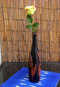 Selbstgestaltete Vase mit Blumen - Upcycling einer Flasche - Handarbeit kaufen