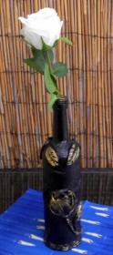 Selbstgestaltete Vase mit Rosen - Upcycling einer Flasche