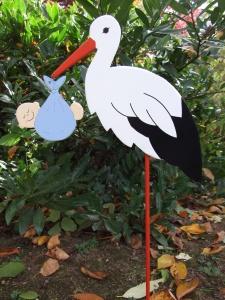 Storch (60cm aufgebaut) aus Holz mit Babybündel in Wunschfarbe  im Schnabel