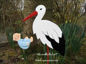 Storch (60cm aufgebaut) aus Holz  + Bodenplatte  mit Baby in Wunschfarbe im Schnabel