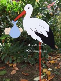 Storch (60cm aufgebaut) aus Holz + Bodenplatte mit Babybündel in Wunschfarbe im Schnabel