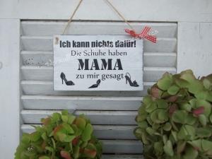 Die Schuhe haben Mama zu mir gesagt - Schild aus Holz - weiß
