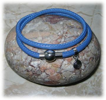 Nappaleder-Armband, blau, zweifach mit kleinem Spiral-Anhänger